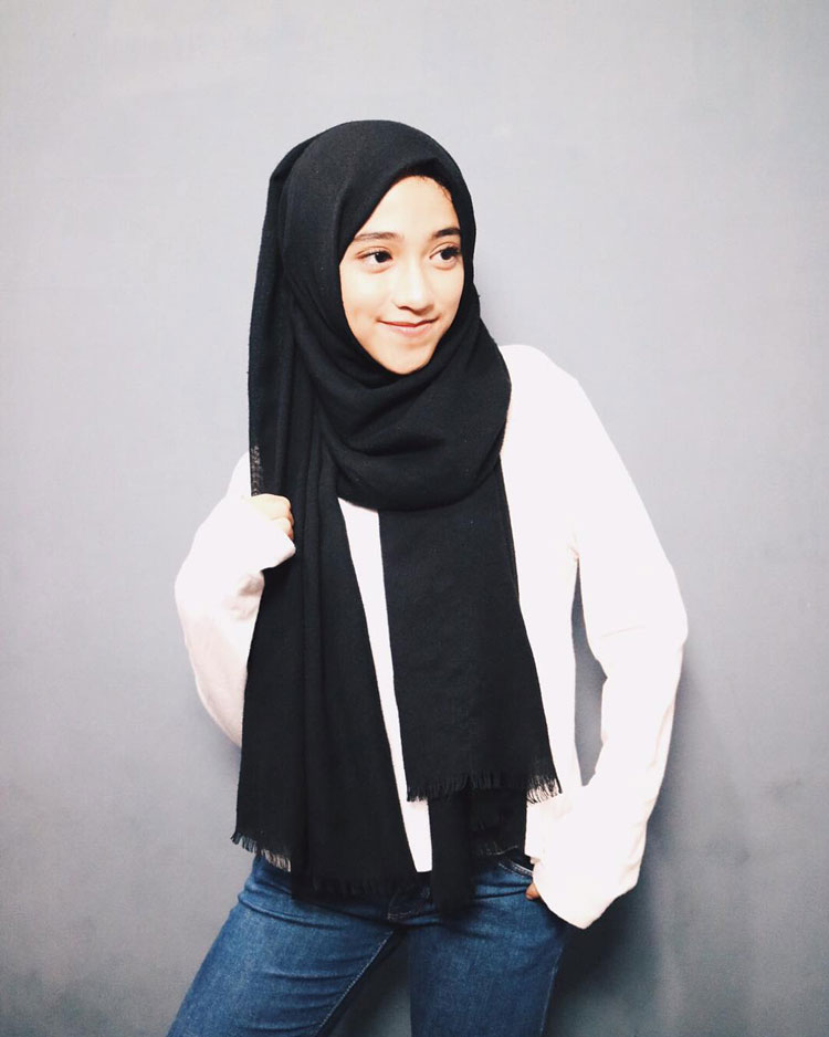 model hijab dengan bros anting
