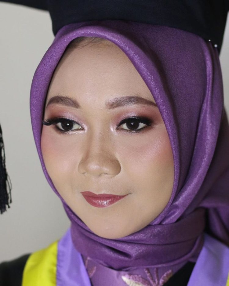 wisuda hijab make up