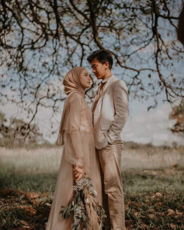 prewedding indoor kebaya hijab