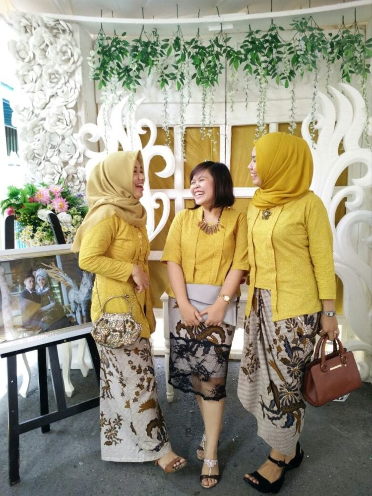 kebaya bridesmaid simple