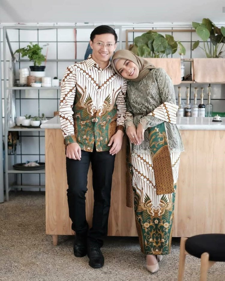 kebaya couple family