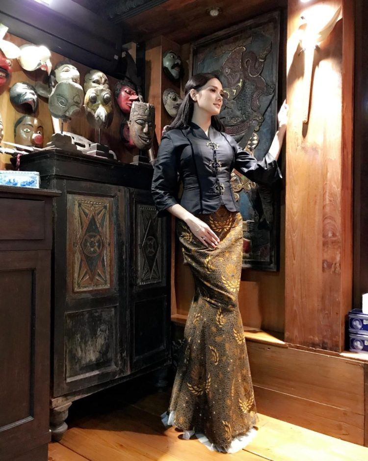 model kebaya hitam gold